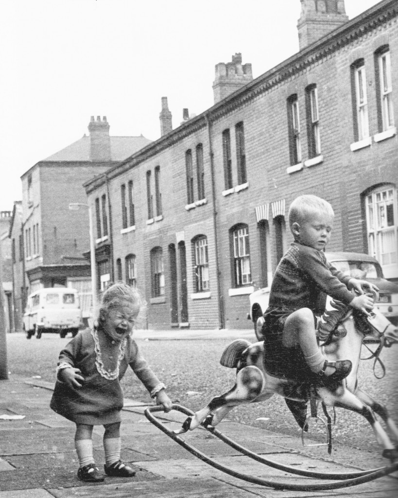 2 youngsters having a disagreement on cowesby street, in 1968 (1)